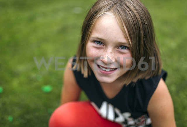 Portrait of happy girl - MGOF000530