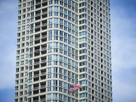 USA, Illinois, Chicago, High-rise building, American flag - DISF002183