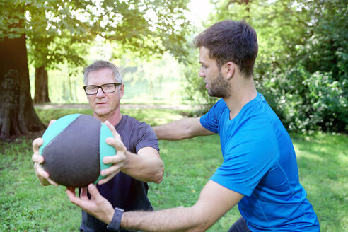 Man training with his personal trainer in a park - SEGF000408