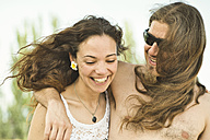 Portrait of happy couple on windy summer day - JASF000008