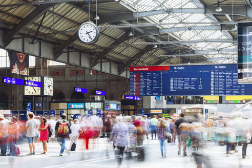 Switzerland, Travellers at busy Zurich Main Station - BZ000204