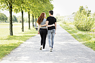 Teenage couple in love walking arm in arm - GDF000850