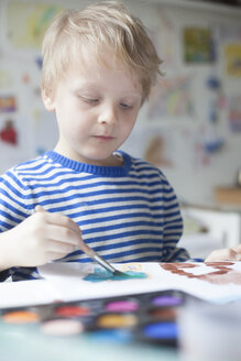 Portrait of blond little boy painting with watercolours - RBF002999