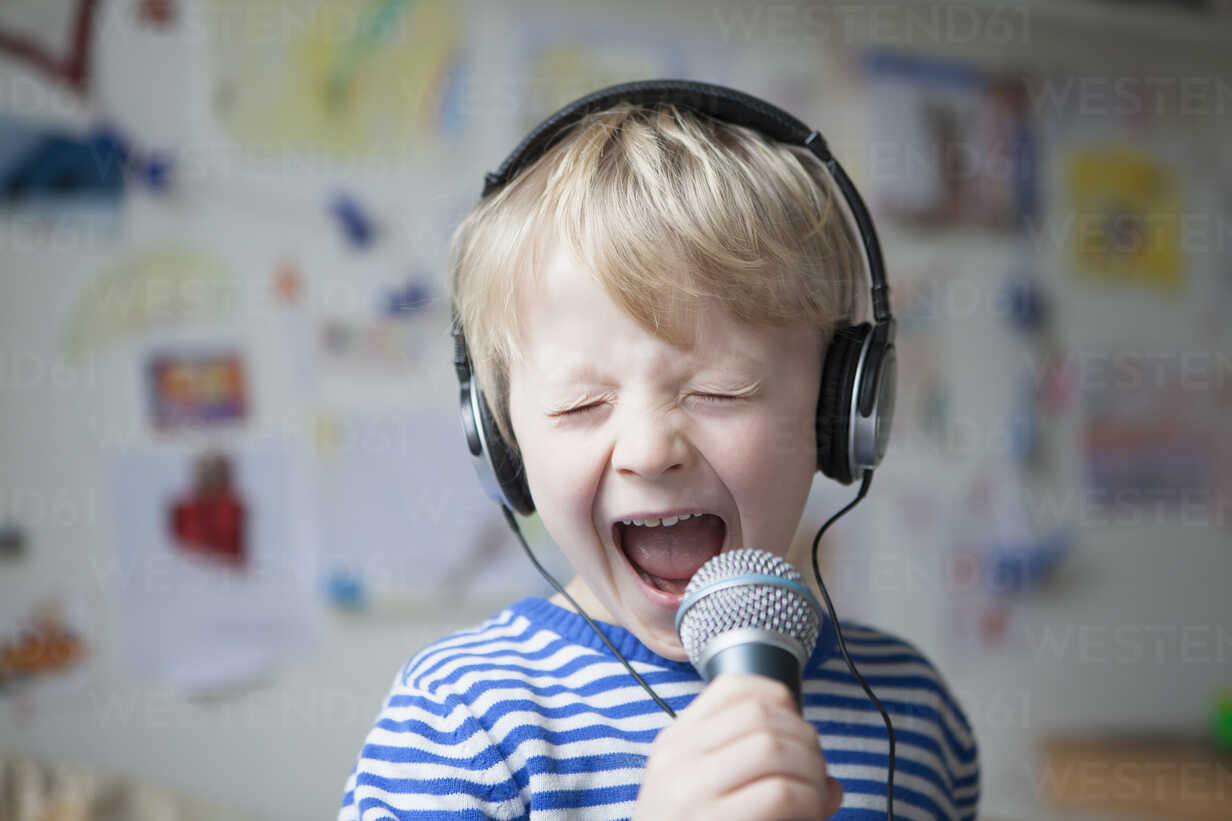 Portrait of singing little boy with headphones and microphone - RBF002990 - Rainer Berg/Westend61