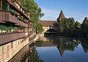 Germany, Nuremberg, Kettensteg and Fronveste with Schlayerturm at Pegnitz River - SIEF006761