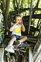 Portrait of screaming little girl sitting in the garden - MGOF000582