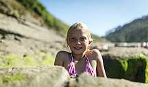 Portrait of a blond little girl on the beach - MGOF000585