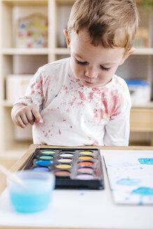 Portrait of little boy with watercolours - JRFF000026