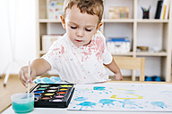 Portrait of little boy painting with watercolours - JRFF000030
