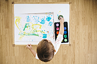 Little boy painting with watercolours - JRFF000033