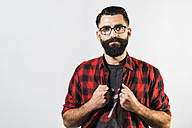 Portrait of hipster in front of light background - JAS000052