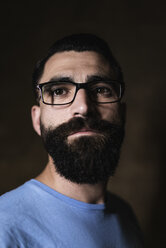 Portrait of hipster in front of dark background - JASF000059