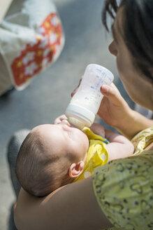 Mother bottle-feeding baby - DEGF000517