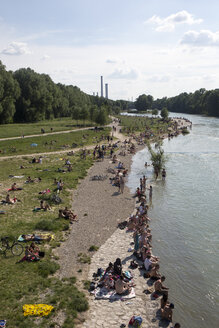 Germany, Bavaria, Munich, people relaxing at River Isar - TK000413