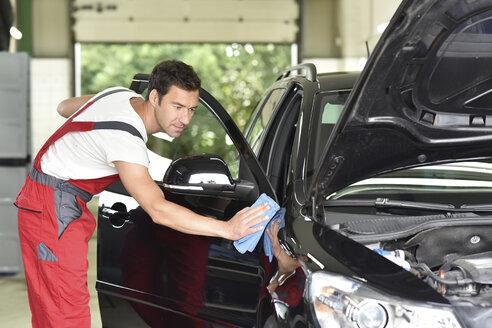 Man polishing car - LYF000472