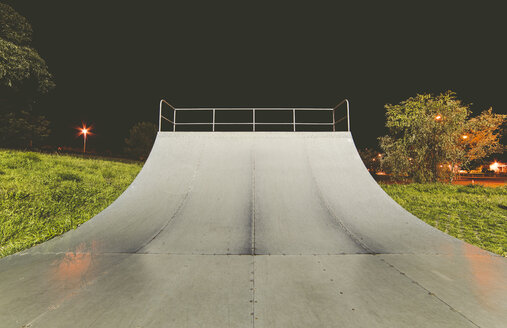 Spain, Galicia, Ferrol, Skatepark at night outdoors - RAEF000491
