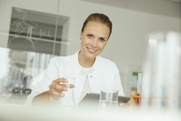 Portrait of smiling female scientist in lab - MFF002194