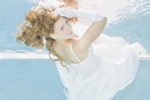 Young woman underwater, wedding dress - STBF000214