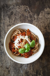 Bowl with spelt whole grain spaghetti, tomato sauce, parmesan and basil - EVGF002214
