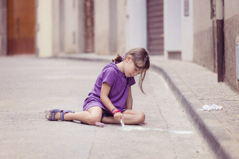Little girl drawing with crayon on the street - XCF000007