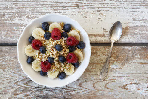 Bowl of muesli with banana slices, raspberries and blueberries - EVGF002220