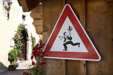 Austria, Upper Austria, Hallstatt, warning sign with waiter - WWF003866