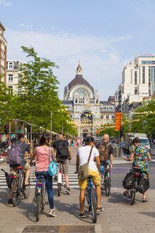 Belgium, Antwerp, view to central station with group of waiting cyclists in the foreground - WD003285