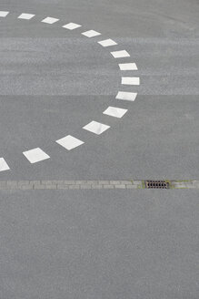 Marking of roundabout on tarmac - VIF000405