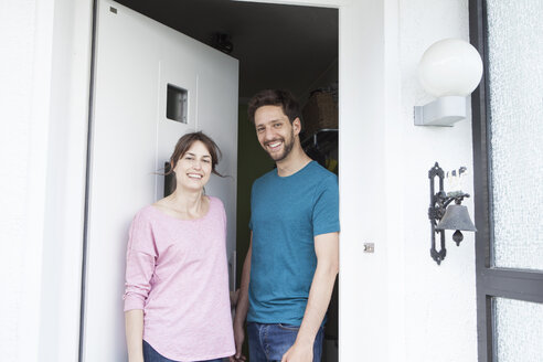 Portrait of smiling couple at front door - RBF003178