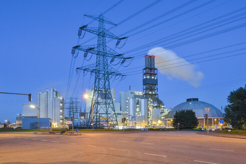 Germany, Hamburg, Coal-fired power plant Moorburg in the evening - RJF000501