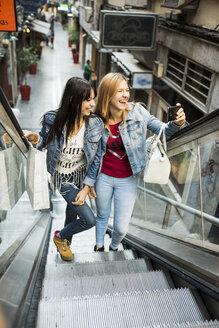 Spain, Jaen, two young women on shopping tour - JAS000125