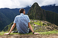 Peru, Machu Picchu region, Traveler looking at Machu Picchu citadel and Huayna mountain - GEMF000409