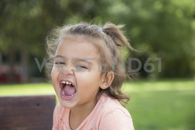 Portrait of screaming little girl in a park - ERLF000033 - Enrique Ramos/Westend61