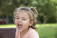Portrait of screaming little girl in a park - ERLF000033