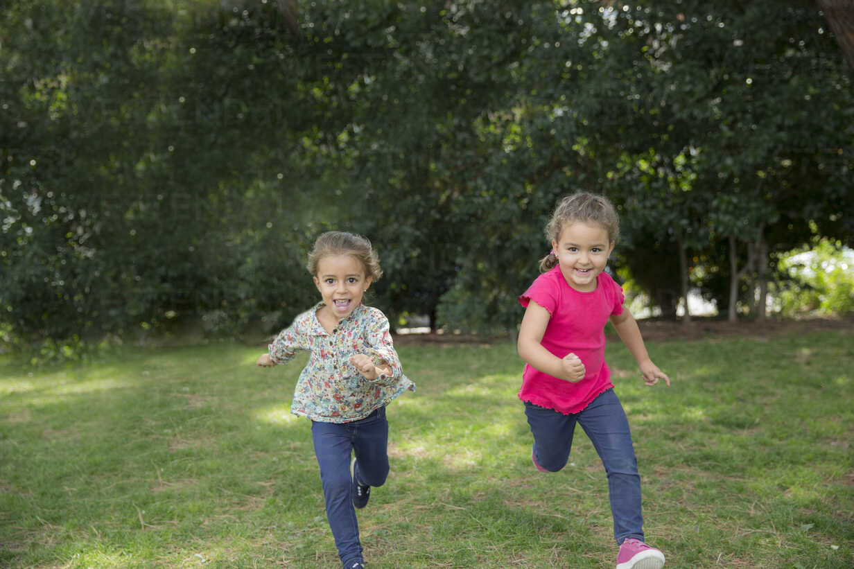 Two girls running in a park - ERLF000036 - Enrique Ramos/Westend61