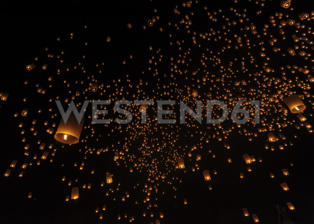 Thailand, Chiang Mai, lighted lanterns at night at Yee Peng Festival - TOVF000032 - Torsten Velden/Westend61