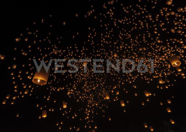 Thailand, Chiang Mai, lighted lanterns at night at Yee Peng Festival - TOVF000032