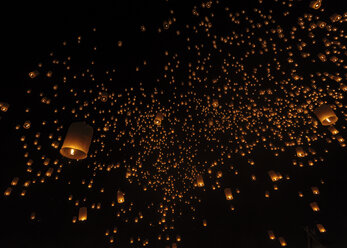 Thailand, Chiang Mai, lighted lanterns at night at Yee Peng Festival - TOVF000032