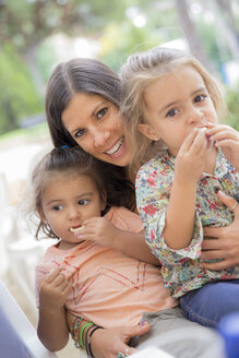 Woman with two little girls sitting on her lap - ERLF000038
