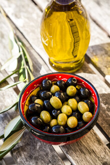 Bowl with green and black olives and carafe of olive oil - SARF002152