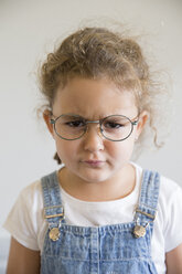Portrait of angry little girl wearing glasses - ERLF000043