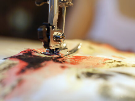 Close-up of sewing machine - HOHF001353