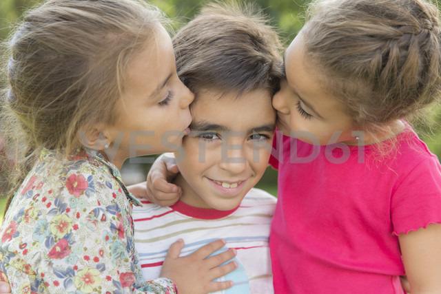 Two little girls kissing a boy - ERLF000052 - Enrique Ramos/Westend61
