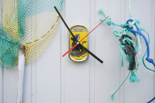 DIY clock made from sardine cans - GIS000167