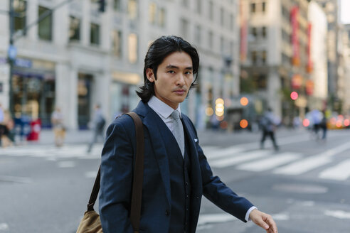 USA, New York City, businessman commuting in Manhattan - GIOF000231