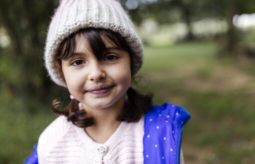 Portrait of smiling little girl wearing woolly hat - MGOF000806