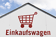 Germany, shopping cart pictogram on a house facade - VI000418