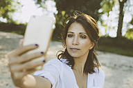 Portrait of woman taking a selfie with her smartphone - MFF002246