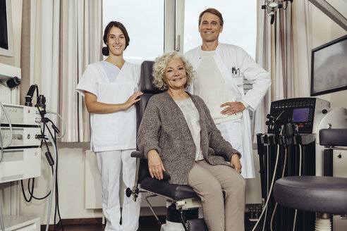 Senior patient in ENT clinic with doctor and nurse - MFF002308