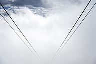 Germany, Bavaria, Oberstdorf, ropes of the Nebelhorn Cable Car disappearing in fog - FRF000351